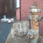 Stumme Zeugen: alter Überflurhydrant und gebrauchte Atemfilter