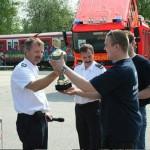 Übergabe  von Urkunde und Pokal an die Siegermannschaft