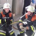 Dennis Hars und Heiko Harden bei der Vornahme hydraulischer Rettungsgeräte.