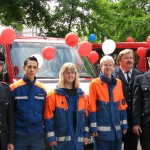 LBF H. Jonas, drei JF-Mitglieder, LBF-V/N A. Wronski und LJFW-V S. Gerdau vor den neuen MTW
