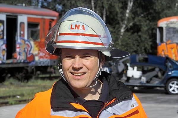 Der ärztliche Leiter Rettungsdienst der Feuerwehr Hamburg, Dr. Stefan Kappus, seine Aufgabe: die fachgerechte Bewertung der Übung.