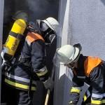 Einsatz unter Atemschutz im Mehrfamilienwohnhaus