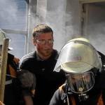 Ein Brandverletzter wird gerettet