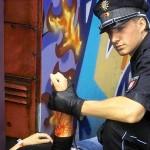 Ein Polizeibeamter bei der Erstversorgung auf dem Bahnsteig