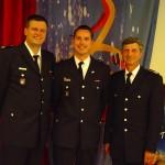 Uwe von Appen mit dem noch amtierenden Landesjugendfeuerwehrwart Marcel Steinhäuser (links) und Landesbereichsführer Hermann Jonas (rechts).