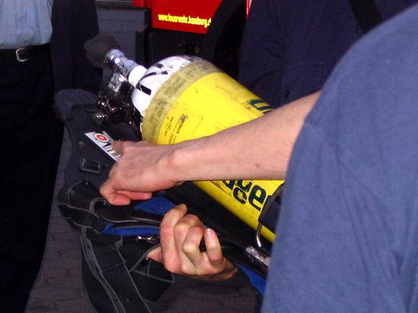 Sowohl auf dem Tragegestell als auch auf der Atemschutzflasche sind Prüfplaketten von F03 vorhanden. Das Ablaufdatum auf der Flasche ist auch  für die Gefahrgutbeförderung zu beachten.