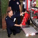 Die Prüfplakette des Feuerlöschers wird inspiziert.