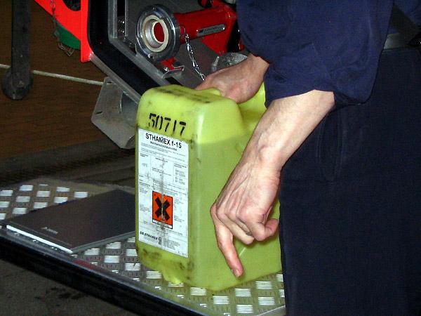 Der Schaummittelkanister ist mit einem entsprechenden Gefahrgutaufkleber versehen.