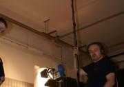 Der Tonmann bereitet sich auf seine Aufgabe vor.