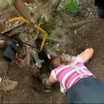 Feuerwehrfrau Mailyn kroch langsam in den Kaninchenbau und versuchte den Terrier zu greifen
