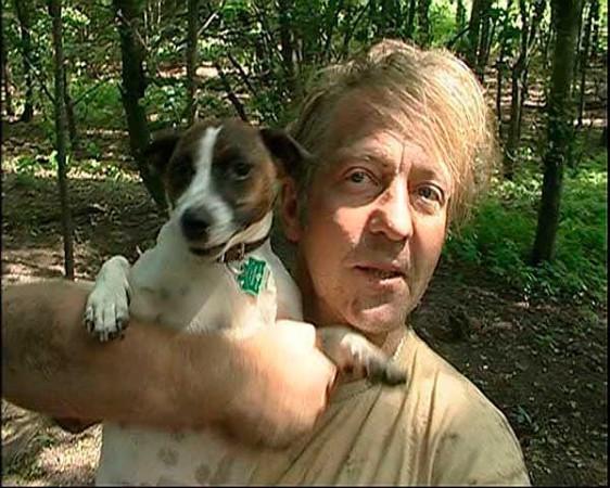 Das glückliche Herrchen konnte seinen Hund endlich wieder in die Arme schließen