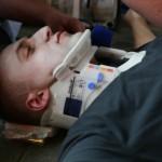 Besteht ein Verdacht auf eine Verletzung der Halswirbelsäule ist es sinnvoll eine Stifneck-Halskrause anzulegen ©H. Jahn