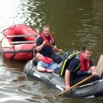 Auch die Rettung eines Paddlers forderte die Auszubildenden. Gemeinheit dabei: Die Kameraden des Lehrgangs hatten das Boot um ein wenig Luft erleichtert :-). ©N. Sturm