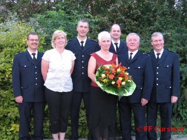 Die FF Curslack hat einen neuen Wehrführer. Es freuen sich (von links): Torsten Altenburg, Andrea, Frank und Helga Meyer sowie Thomas Hitscher, Werner Meyer und Werner Burmester. ©FF Curslack