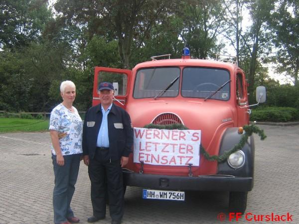 Werner kurz vor seinem letzten Einsatz mit Frau Helga. Dahinter das alte Löschfahrzeug. ©FF Curslack