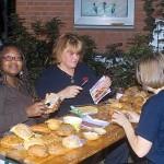 Elisa, Birgit und Melanie bereiteten das Frühstück vor