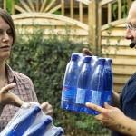 Melanie verteilt kühle Getränke