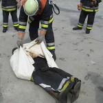 Einsatz der Löschdecke bei einer brennenden Person. © Christopher Zeyn