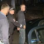 Ein Tatverdächtiger wird von der Polizei noch an der Einsatzstelle festgenommen
