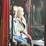 Ein älteres Ehepaar wurde zeitweilig im HLF 25/1 versorgt und betreut