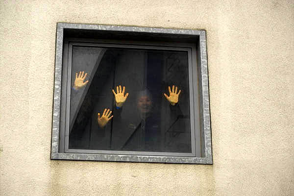 Panische Menschen an den Fenstern