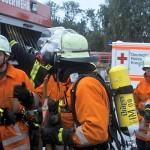 Die ersten Feuerwehrkräfte , hier die Kameraden aus Buchholz-Holm, treffen ein