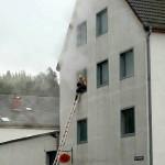 Unter Atemschutz zur Menschenrettung über die Steckleiter ins Gebäude