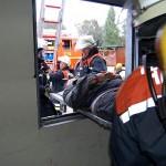 Ein schwergewichtiger Patient muß durch das Fenster gerettet werden