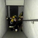 Rettung einer männlichen Person aus dem Keller
