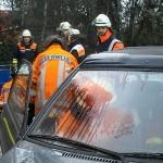 Eine schwerverletzte Autofahrerin wird versorgt