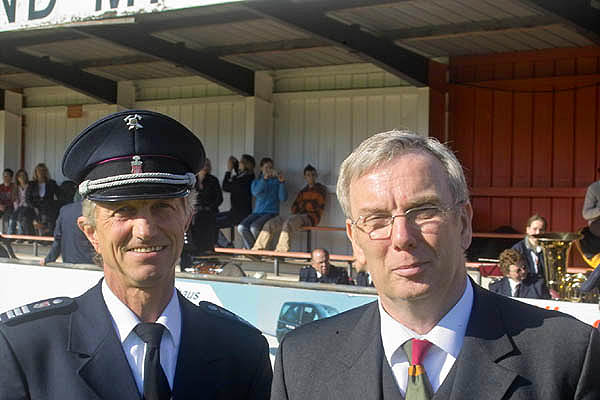 Landesbereichsführer Hermann Jonas und Dr. Peer Rechenbach bereiten sich auf die Zeremonie vor