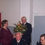 Wehrführer Heino Goes überreicht einen Blumenstrauß an Regina Kahl. ©L. Rieck