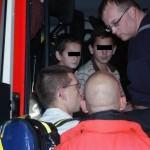 Die Familie wird im Löschfahrzeug von Feuerwehrangehörigen betreut. ©Christoph Leimig