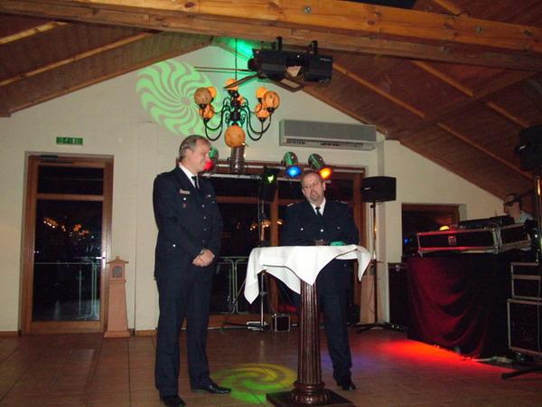 Der Bereichsführer Walddörfer (r), Dirk Lübkemann, übermittelt die Glückwünsche des Bereiches.