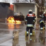 Feuer an einem mit Dieselkraftstoff beladenem Tank. Der vom Gruppenführer befohlener Schaumangriff wird vorbereitet (© Dieter Eschweiler)