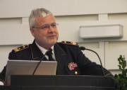 """Hans-Peter Kröger, Präsident des Deutschen Feuerwehrverbandes, bei seiner Rede auf dem """"Forum Sicherheit"""" der Feuerwehr-Unfallkassen Foto: Holger Bauer"""