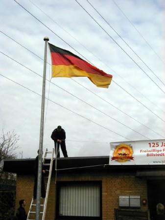 Einige Kameraden der FF Billstedt-Horn trafen sich vormittags , um das Banner aufzuhängen