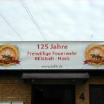 Das Banner hängt unübersehbar an der Stirnseite des Feuerwehrhauses