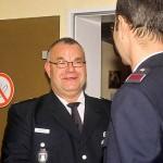 Ralf nimmt die Gratulation der Wehrführung entgegen