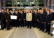 Vorstand Karsten Voß (links) und Reiner Kröger aus der FF Bille übergaben den Scheck an die Kamerden der Freiwilligen Feuerwehren