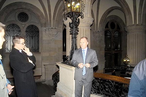 Michael Neumann bei der Einleitung der Rathausführung