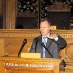 Michael Neumann am Rednerpult des Plenarsaales