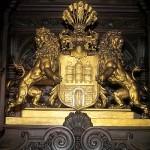 Das goldene Wappen im großen Festsaal