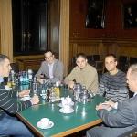 Micheal Neumann diskutiert mit den Kameraden über aktuelle politische Themen