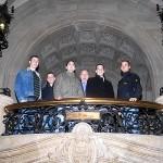 Gruppenfoto auf der Treppe im Rathausfoyer