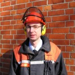Foto: D.Frommer / Der Sicherheitsbeauftragte Jan Hamer probiert den neuen Helm