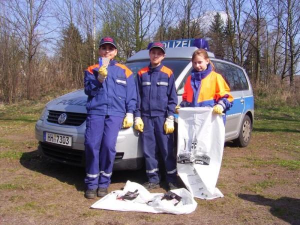 Hamza Günestepe (11), Mutlu Güven (10) und Marina Kleine (11) von der Jugendfeuerwehr Hummelsbüttel haben die gefundenen Ausweise und Kreditkarten der Polizei übergeben.