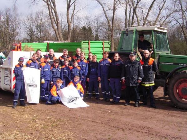 Das Hamburg-räumt-auf-Team 2008 der Freiwilligen Feuerwehr und Jugendfeuerwehr Hummelsbüttel mit Stadtteilpolizist Wolfgang Rammonat.