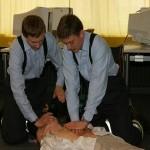 Herzdruckmassage und Beatmung mit einem Beatmungsbeutel