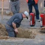 Ein Mitarbeiter des Gasversorgers bei der Freilegung der Gasleitung.
